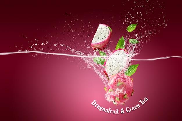 Éclaboussures d'eau sur le fruit du dragon ou pitaya sur rose