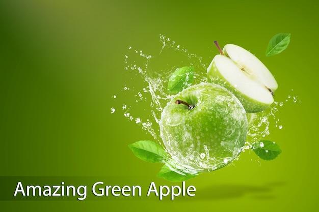 Éclaboussures d'eau sur une pomme verte fraîche sur fond vert