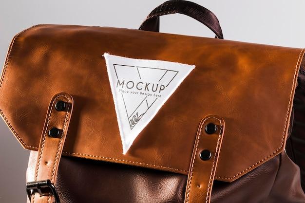 Écusson de vêtement en tissu sur un sac en cuir