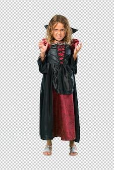 Un enfant habillé comme un vampire aux vacances d'halloween agacé en colère par un geste furieux