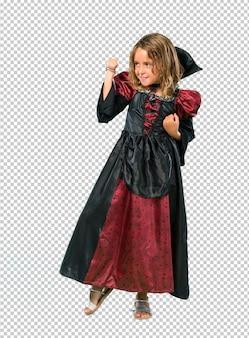 Un enfant habillé en vampire lors des fêtes d'halloween célébrant une victoire