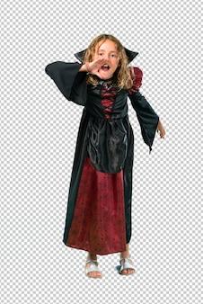 Enfant habillé en vampire lors des fêtes d'halloween criant avec la bouche grande ouverte