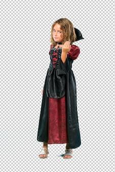 Enfant habillé en vampire lors des fêtes d'halloween présentant et invitant à venir