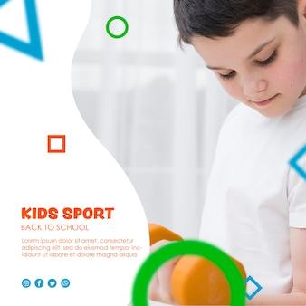 Enfant soulevant des haltères concentré pour la rentrée scolaire