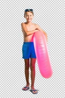 Enfant en vacances d'été en gardant les bras croisés
