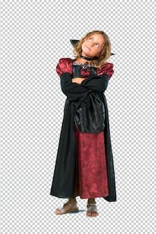 Enfant vêtu comme un vampire au stand de vacances d'halloween et levant les yeux