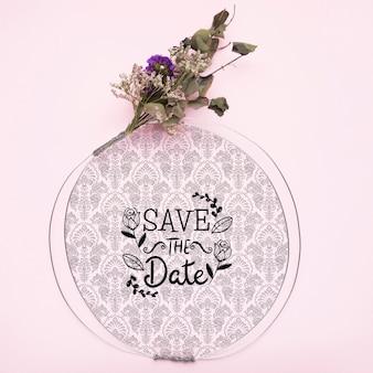 Enregistrez le cadre de maquette de date avec des fleurs séchées