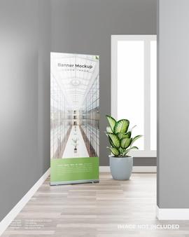 Enroulez une maquette de bannière avec une plante dans la pièce