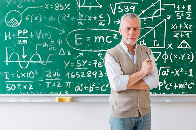 Enseignant barbu expliquant les formules mathématiques