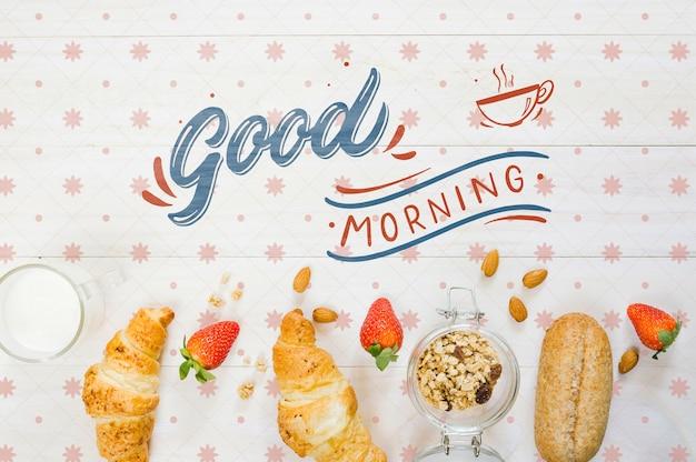 Ensemble de croissants pour le petit déjeuner mélangés avec des fraises