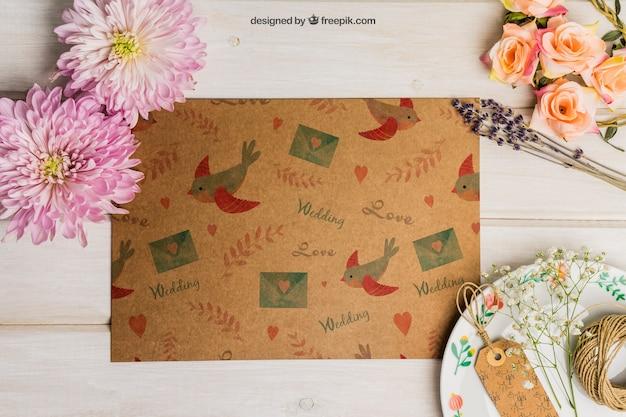 Ensemble de mariage en carton avec étiquettes sur plaque