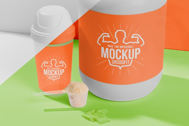 Ensemble orange de poudre et de pilules de protéines de remise en forme