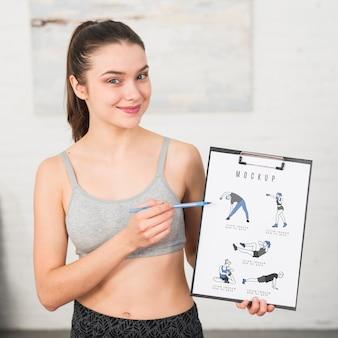Entraîneur de plan moyen montrant comment faire la maquette des exercices