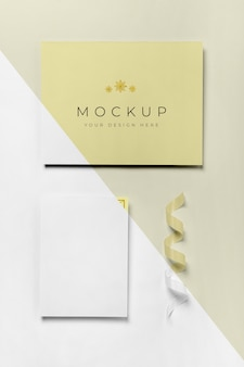 Enveloppe avec carte d'invitation et ruban