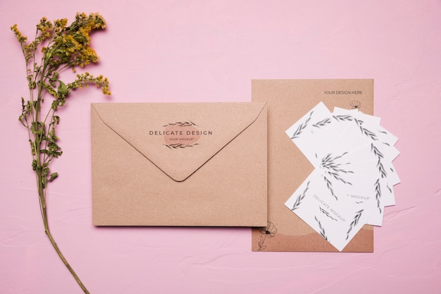 Enveloppe design délicat avec fleur
