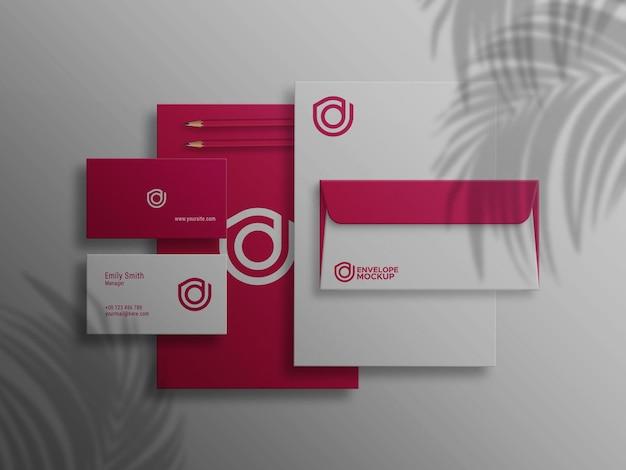 Enveloppe dl et carte de visite sur maquette psd letterhead
