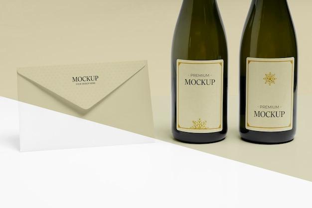 Enveloppe du nouvel an et maquette de bouteilles de champagne