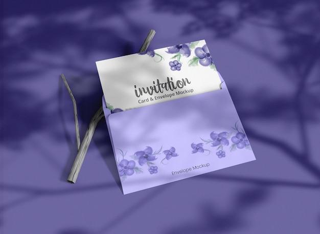 Enveloppe d'invitation minimale avec maquette de carte