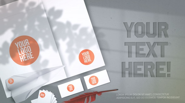 Enveloppe de maquette de papeterie isométrique et cartes de visite isolés sur fond gris