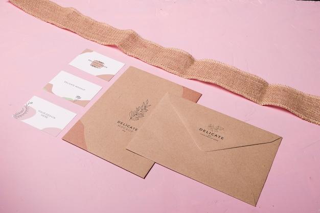 Enveloppe et ruban à angle élevé