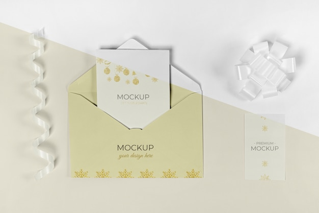 Enveloppe vue de dessus avec carte d'invitation