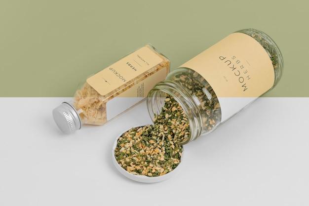 Épices naturelles avec arrangement de maquette d'étiquette