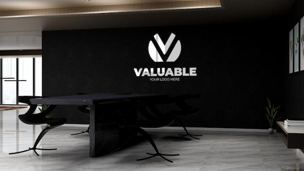 Espace de réunion de bureau noir pour la maquette de logo de mur de marque d'entreprise