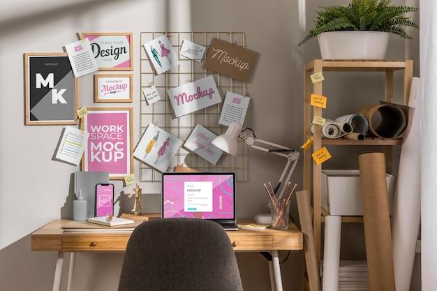 Espace de travail avec maquette d'ordinateur portable