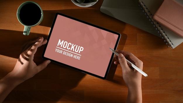 Espace de travail avec maquette de tablette numérique avec tasse