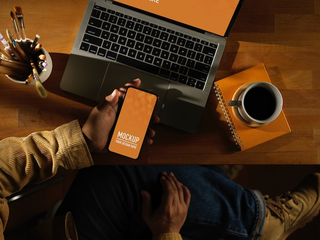 Espace de travail avec maquette de téléphone numérique avec tasse