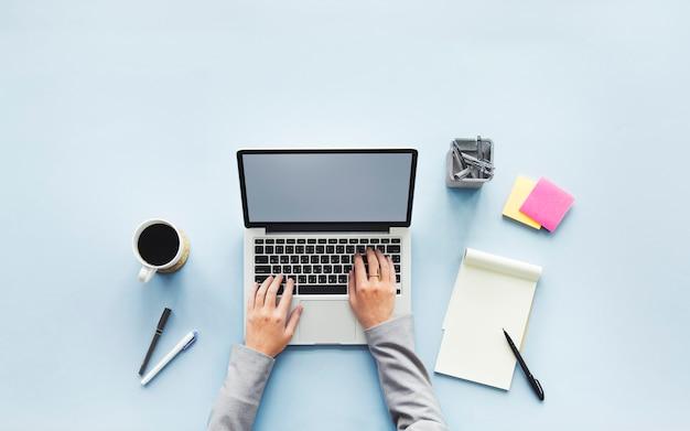 Espace de travail avec ordinateur