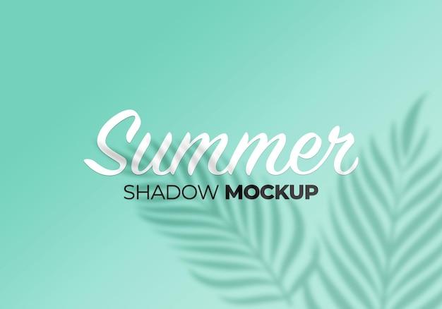 L'été des ombres recouvre la maquette de feuilles de palmier sur le mur