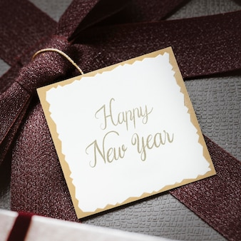 Étiquette de bonne année sur un cadeau