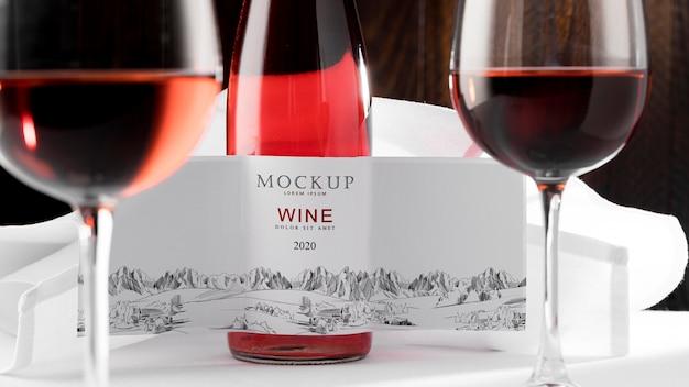 Étiquette de bouteille de vin et maquette de verre de près