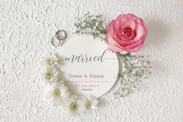 Étiquette circulaire de couronne de fleurs / maquette d'invitation