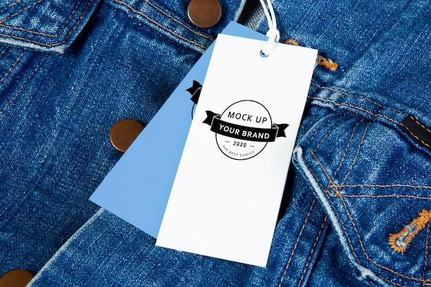 Étiquette de maquette sur une conception de veste en jean