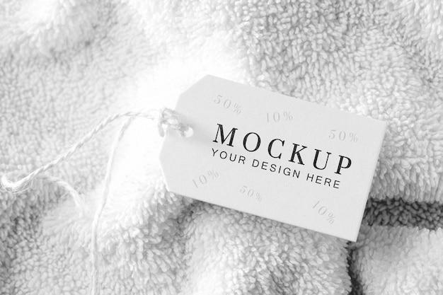 Étiquette de maquette de vêtements avec du fil sur une serviette