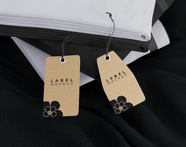 Étiquette de maquette de vêtements sur tissu