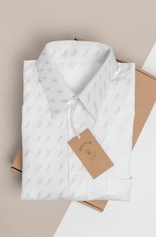 Étiquette de prix écologique et boîte en carton avec maquette de chemise formelle
