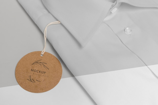 Étiquette de prix écologique sur une maquette de chemise formelle