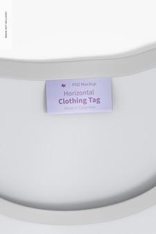 Étiquette de vêtements horizontale sur la maquette de t-shirt