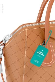 Étiquette de vêtements en plastique avec maquette de sac, close up
