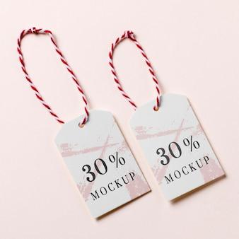 Étiquettes de prix blanches maquette suspendues