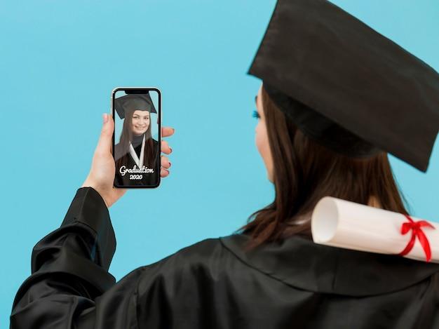 Étudiant célébrant l'obtention du diplôme avec appel vidéo
