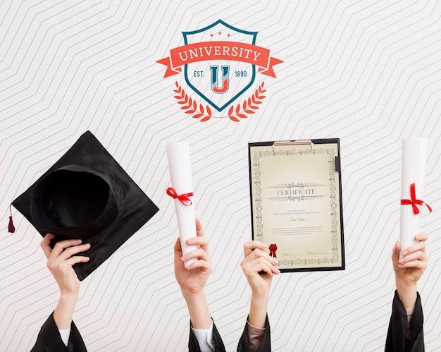Des étudiants universitaires célèbrent leur diplôme