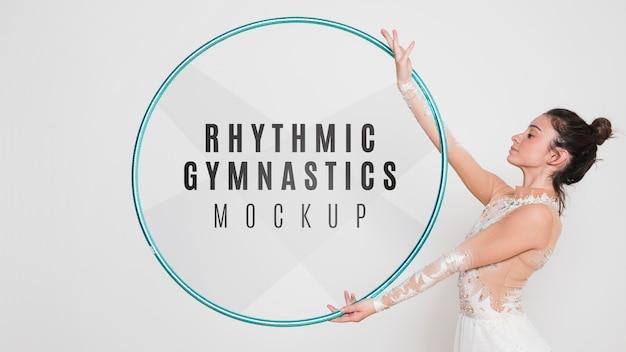 Exercice de femme de gymnastique rythmique