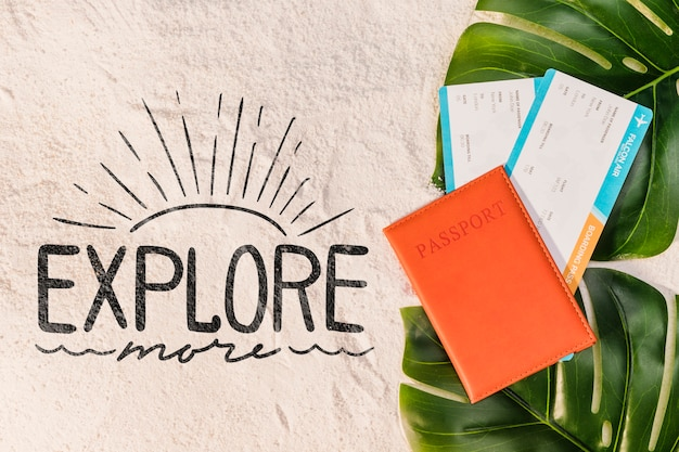 Explorez plus de choses, lettrage avec passeport, billet d'avion et feuilles de palmier
