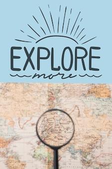 Explorez plus, lettrage avec carte du monde et loupe