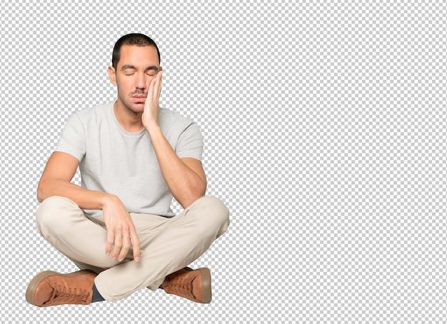 Fatigué de jeune homme faisant un geste d'ennui