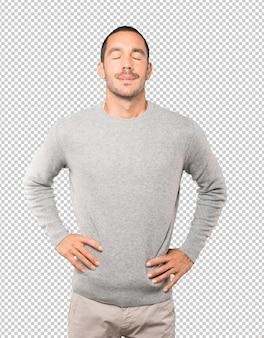 Fatigué de jeune homme posant sur fond